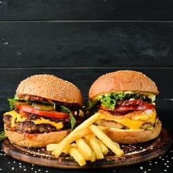 Restaurant Hereford Village svinger legendariske burgere over disken - Burger tilbud til 2 personer - Nyd i restauranten eller bestil som Takeaway